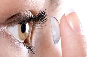 zakładanie soczewek kontaktowych