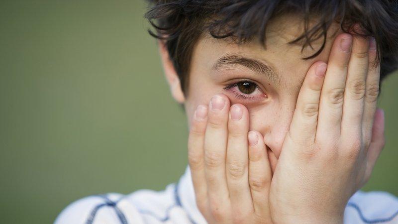 dziecko z zakrytym okiem