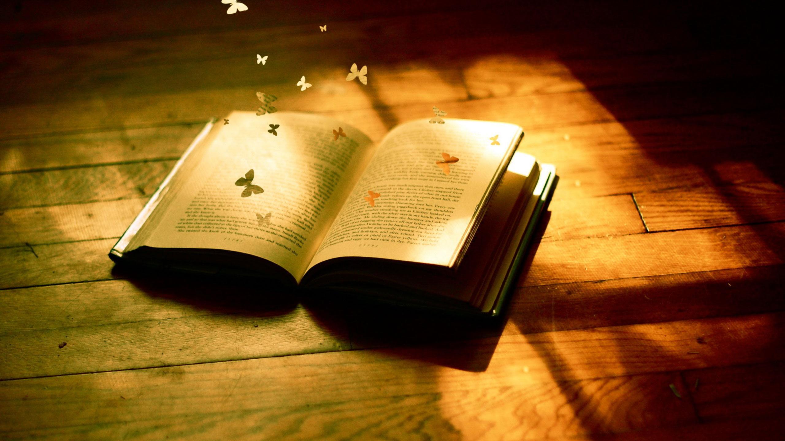 książka na podłodze